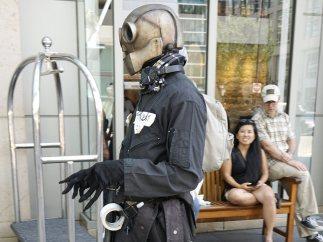 Un cosplayer actúa en el Comic-Con