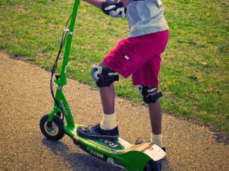 Un chico en un patinete eléctrico