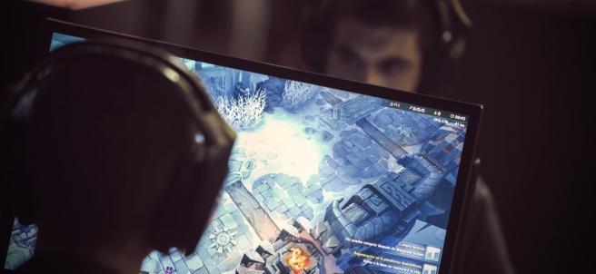 Jóvenes jugando a videojuegos