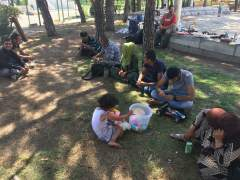 80 refugiados acampan en el parque de la mezquita de la M-30 de Madrid