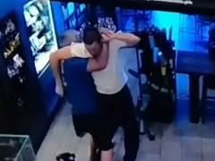 Un vídeo de seguridad recoge cómo un hombre reduce a un atracador