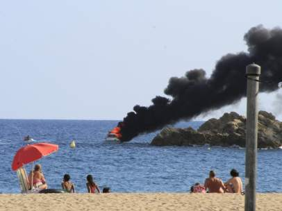 Un yate se incendia en Blanes