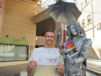 Alberto Marco, posando en Zaragoza junto a una de las estatuas de la campaña