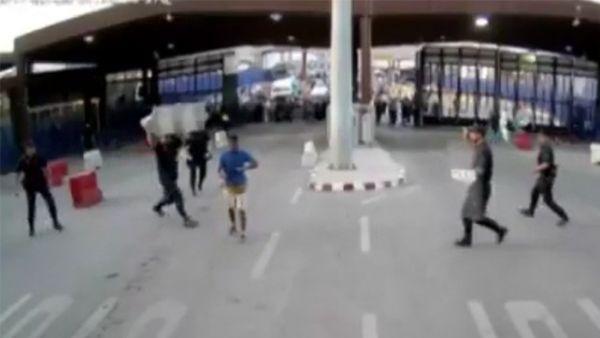 Un hombre ataca a un policía con un cuchillo