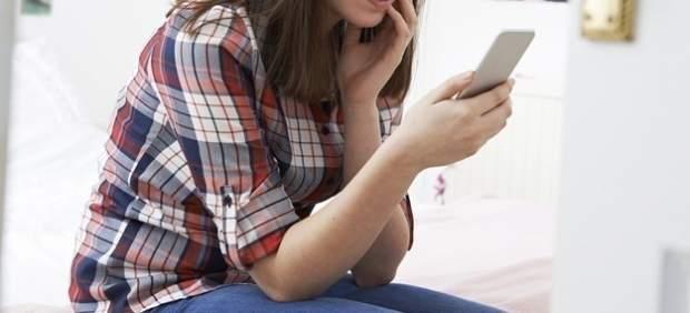 Una joven con móvil