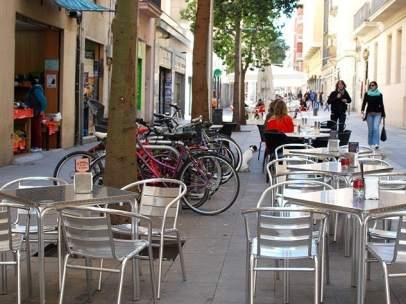 Una de las 37 terrazas de la calle Blai de Barcelona