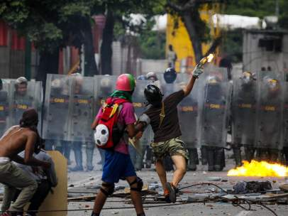 Enfrentamientos entre policías y opositores en Venezuela