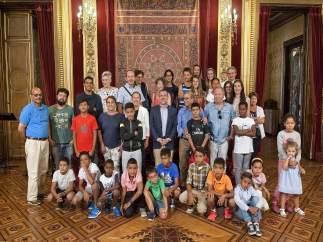 Barkos y Laparra junto a los niños acogidos