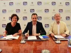 Los tres representantes firmando el acuerdo