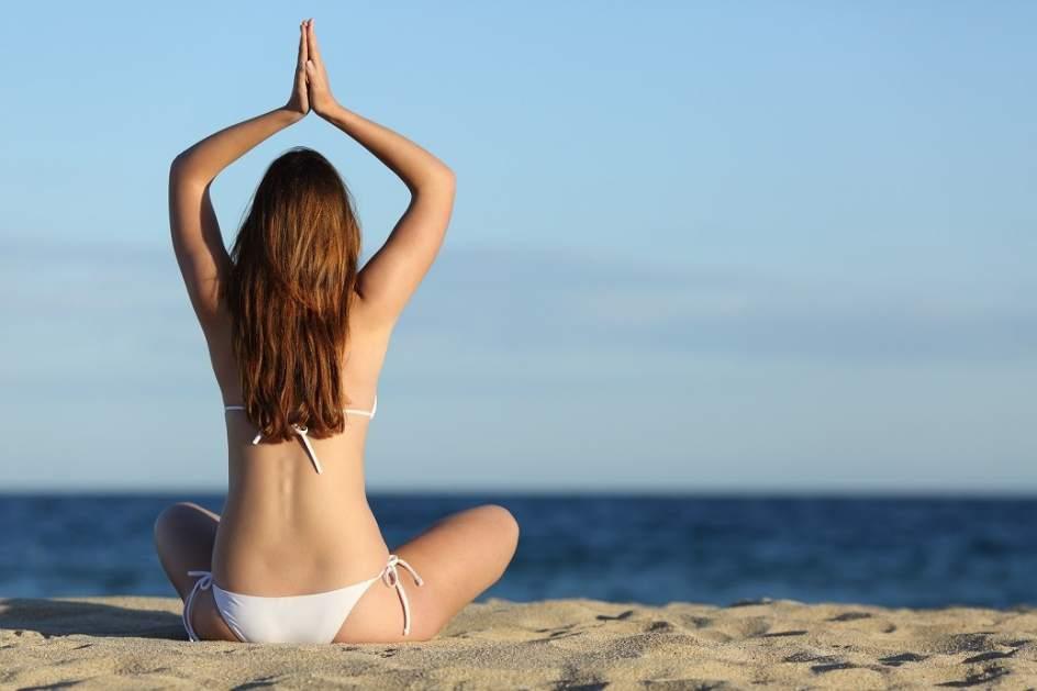 Una mujer haciendo yoga.
