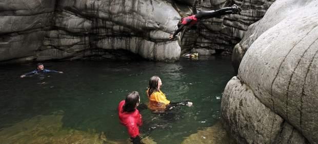 7ad87831a El descenso de barrancos se ha hecho muy popular en los últimos años y se  puede practicar con amigos o en pareja. Combina la gimnasia y la escalada y  ...