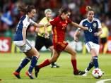 Caldentey conduce la pelota en el partido de España