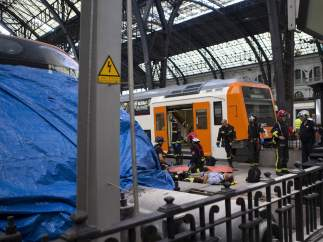 Equipos de emergencia atienden a los pasajeros