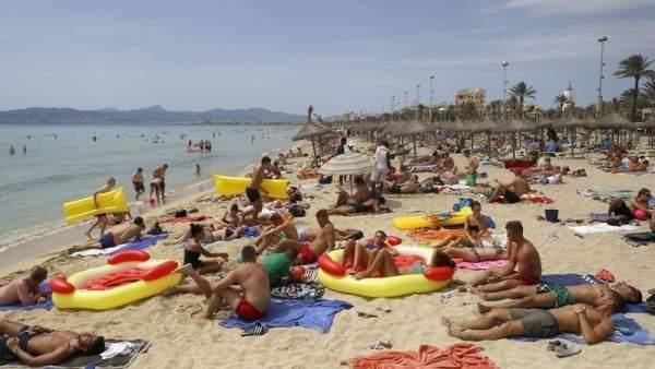 Turistas en la playa del Arenal