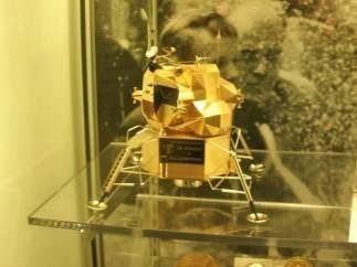 Réplica de oro del Apolo 11
