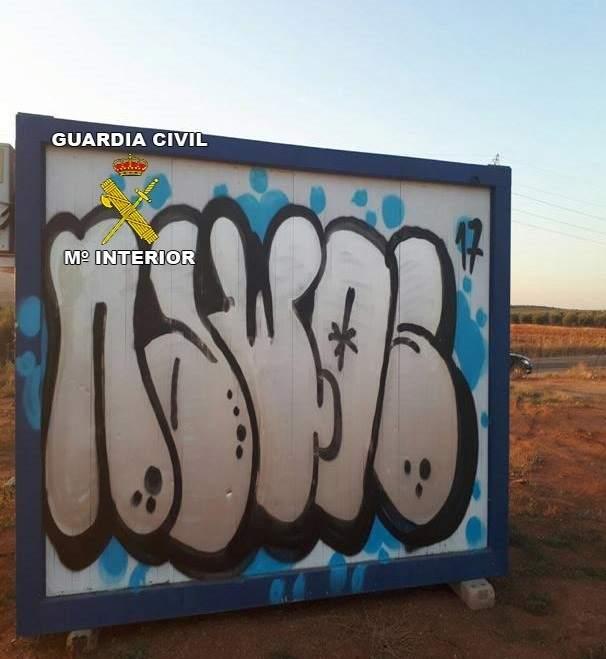 graffiti en una de las casetas daadas europa civil