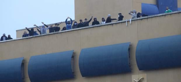 Inmigrantes en la zotea del CIE de Aluche en Madrid