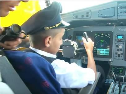 Un niño de 12 años pilotando un avión en una compañía argelina