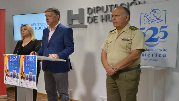 El alcalde de Palos, Carmelo Romero, prenenta la Jura de Bandera Civil.