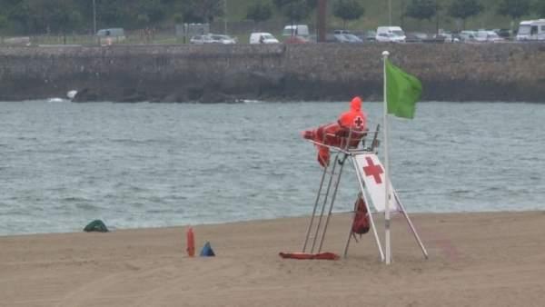 Socorrista en la playa de Ereaga con mal tiempo