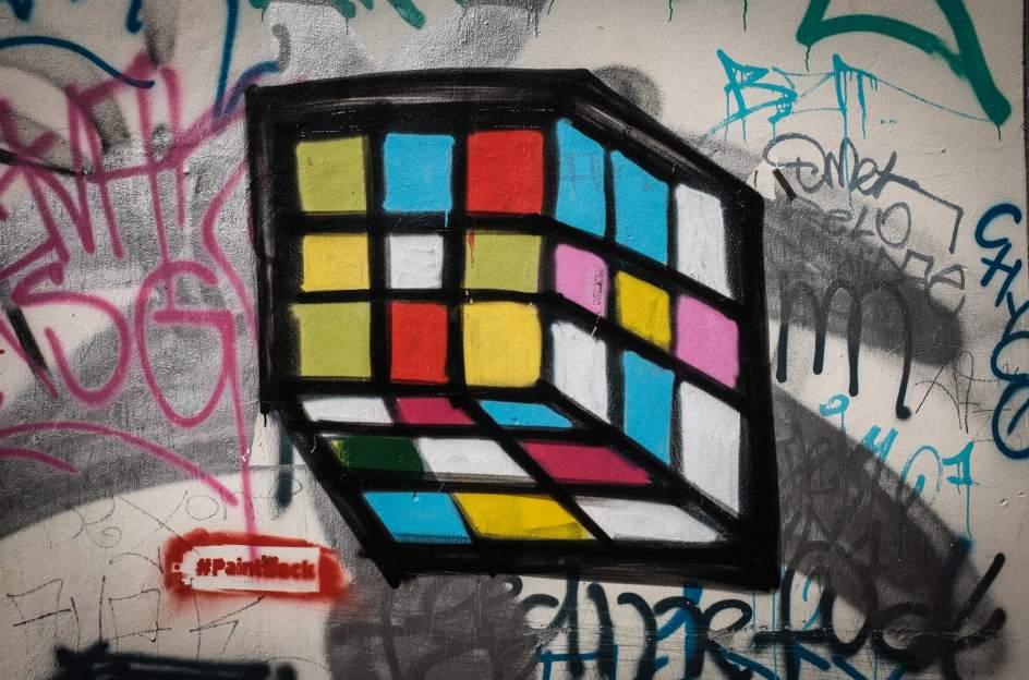 Arte urbano tapando una esvástica