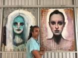 Alfredo Palmero junto a dos obras del museo NEPCA