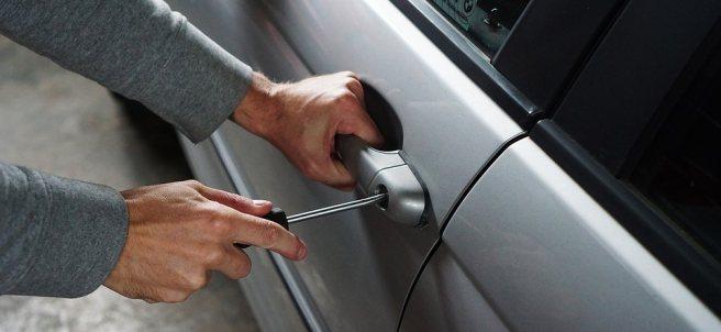 Un ladrón intenta robar un coche