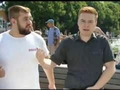 Un presentador, agredido en directo por un hooligan.
