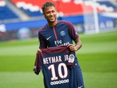 Neymar, posando con la camiseta de su nuevo equipo, el PSG
