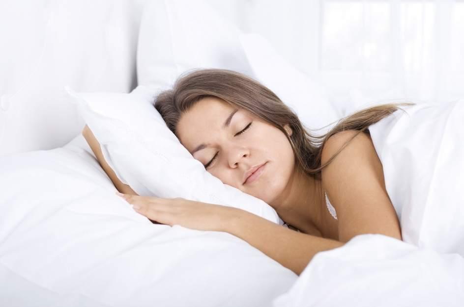 Seis cosas que nunca debes hacer antes de dormir - Orientacion cama dormir bien ...