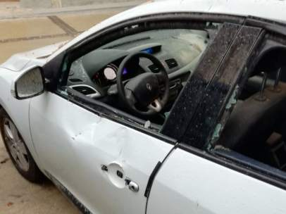 Los cascotes han roto todos los cristales de un coche