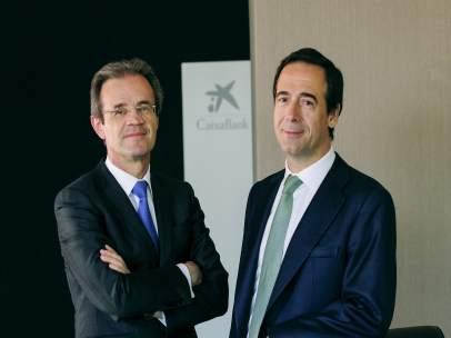 El presidente de CaixaBank, Jordi Gual, y el consejero delegado Gonzalo Gortázar