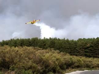 Hidroavión arrojando agua en el incendio de Navarredonda