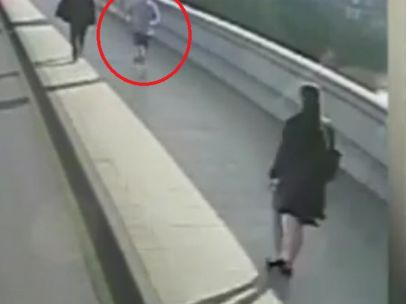 Mujer es empujada por un corredor