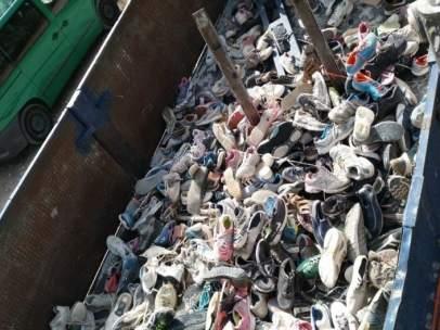 Limpieza de zapatillas en zona río Chíllar Málaga Nerja civismo ayuntamiento