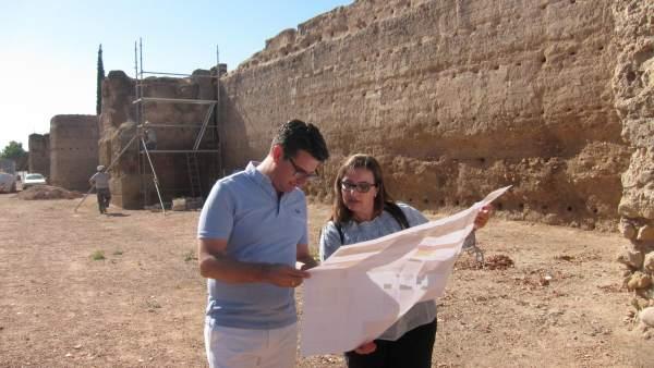 Pedro García y Carmen Chacón en la muralla del Marrubial