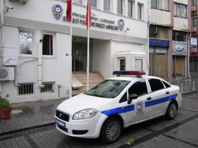 Coche de policía a las puertas de una comisaría turca