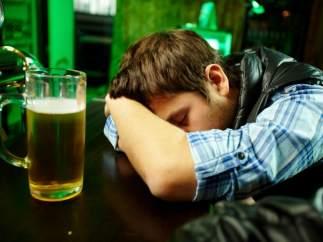 "A los jóvenes les ""compensa"" el alcohol, el sexo sin control o fumar porros, según un estudio"