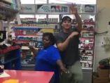 Channing Tatum bailando en una gasolinera