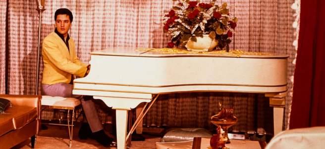 Elvis Presey con su piano de cola