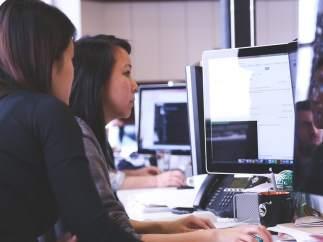 Jóvenes en una oficina