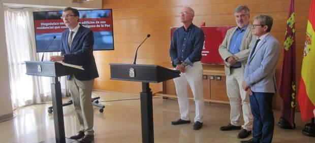 José Ballesta junto a Antonio Navarro durante la firma del convenio
