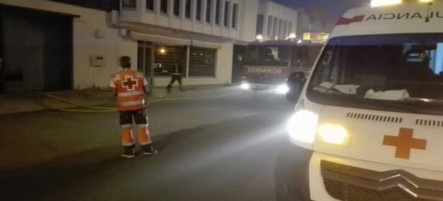 Efectivos de Cruz Roja junto al concesionario afectado por las llamas