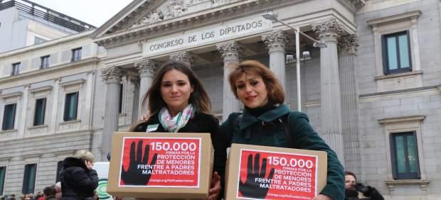 Vanessa Skewes y Juana Rivas frente al Congreso de los Diputados