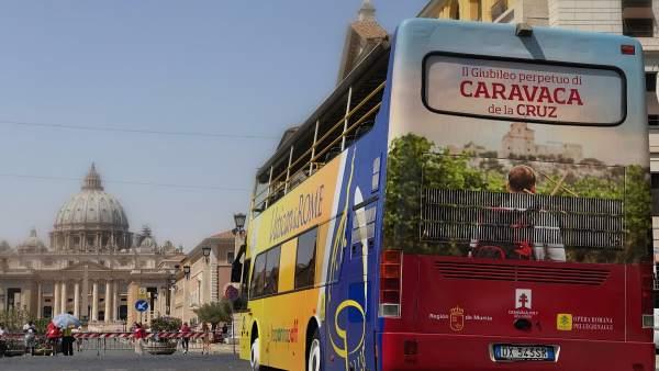 El autobús que promociona el Año Jubilar 2017 y Murcia, a su paso por Roma