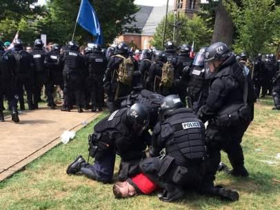 Agentes detienen a un manifestante en Charlottesville