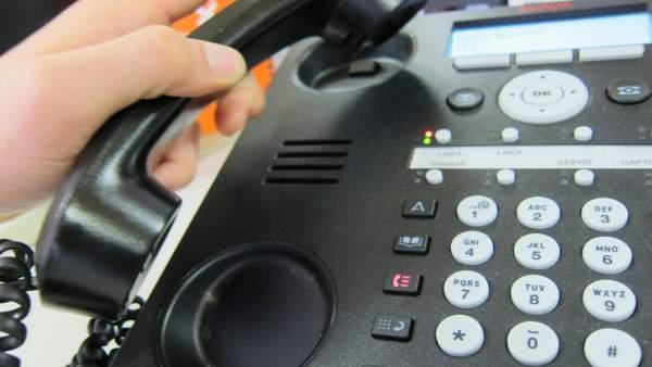 Una persona llamando por teléfono