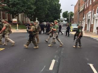 Manifestantes vestidos de camuflaje