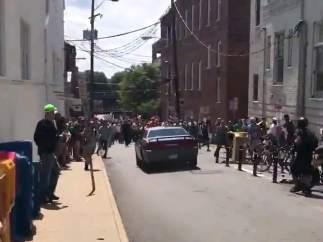 Un coche plateado golpea a un grupo de manifestantes