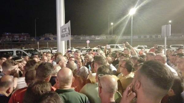 Alcalde con taxistas en el recinto ferial cortijo de torres feria málaga
